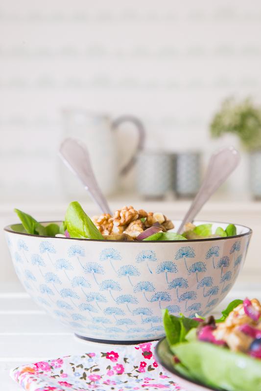 Beeriger Sommersalat mit Walnüssen
