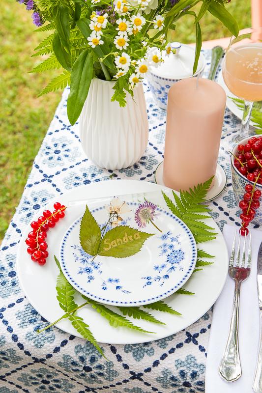Sommerliche Tischdekoration mit gepressten Blumen