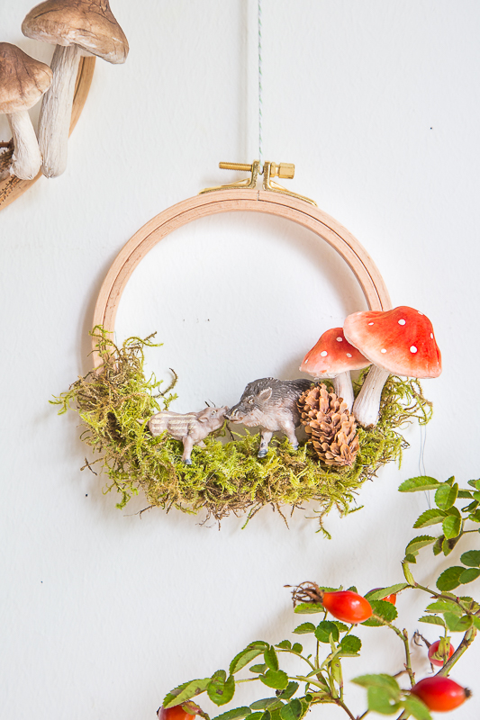 Hase, Reh und Fliegenpilz - herbstlicher Wald im Stickrahmen
