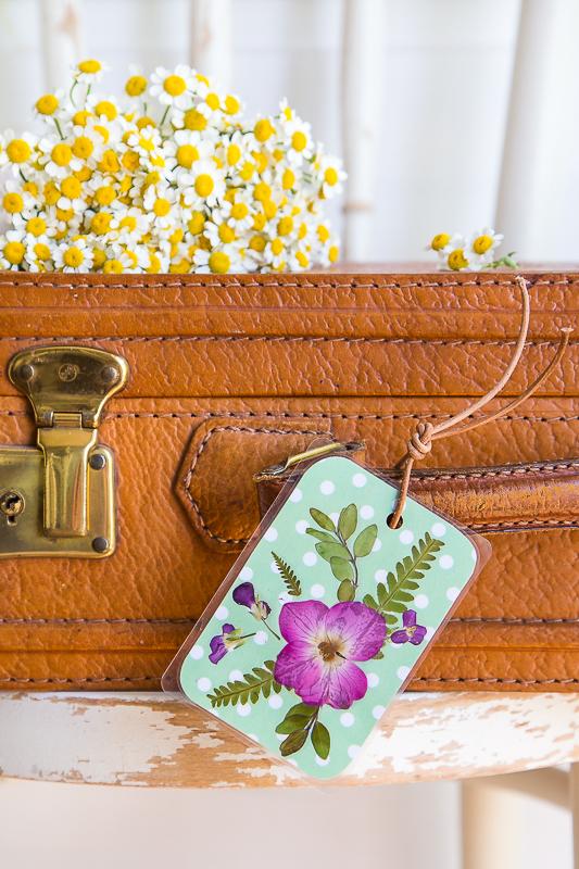 Kofferanhänger mit gepressten Blumen selber machen