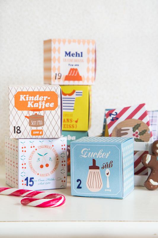 Für die selbstgefalteten Schachteln benötigst Du: Scrapbooking Papier in verschiedenen Farben/Muster oder gemusterten Karton Lineal, Stift, Schere und Kleber Ladenetiketten zum Ausdrucken